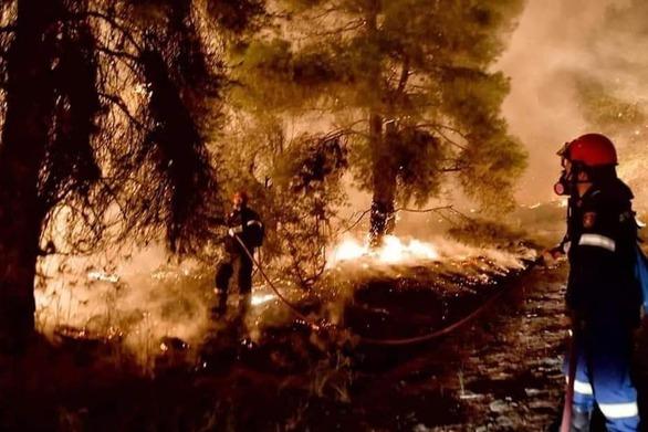 Μεγάλη η ενίσχυση των πυροσβεστών της Πάτρας στην κατάσβεση της φωτιάς της Κορινθίας