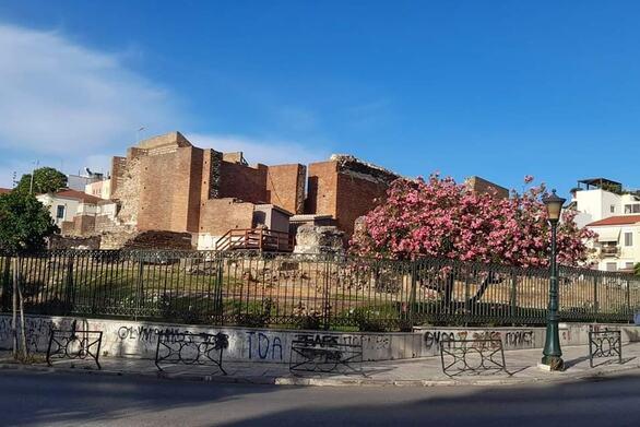 Πάτρα: Συνθήματα και μουτζούρες στην περίφραξη του Ρωμαϊκού Ωδείου (φωτό)