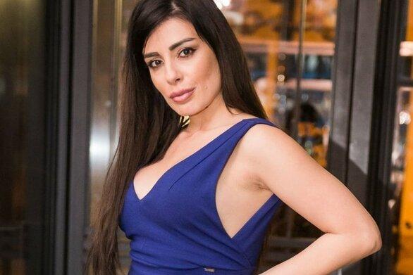 Η Μίνα Αρναούτη ποζάρει με σέξι μπικίνι μπροστά στην πισίνα