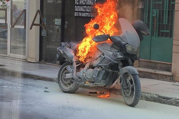 Μυστήριο με μηχανή γνωστού Πατρινού που έπιασε φωτιά