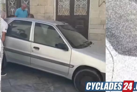 Σύρος: Τέσσερις άνδρες σήκωσαν με τα χέρια τους αυτοκίνητο (video)