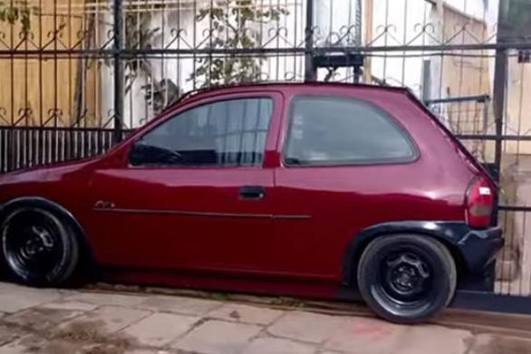 Άνδρας ενσωμάτωσε αυτοκίνητο στη γκαραζόπορτα του (video)