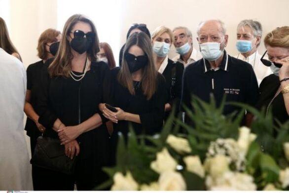 Κηδεία Τόλη Βοσκόπουλου: Τεράστια συγκίνηση, τραγούδια και χειροκροτήματα (φωτο)