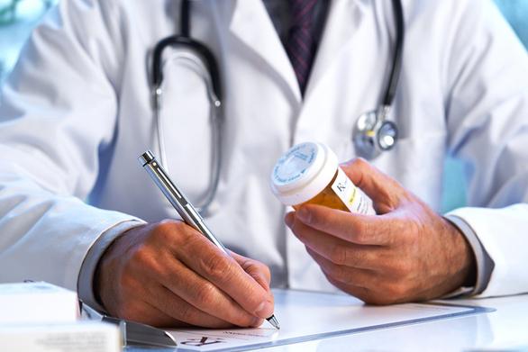 Μπόνους σε γιατρούς και φαρμακοποιούς για την αύξηση των εμβολιασμών