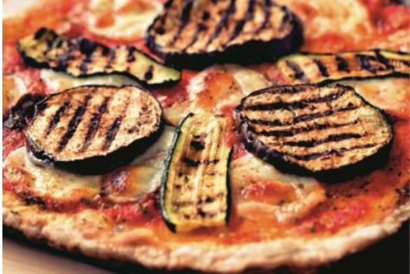 Θρεπτική πίτσα με κολοκυθάκια και μελιτζάνα