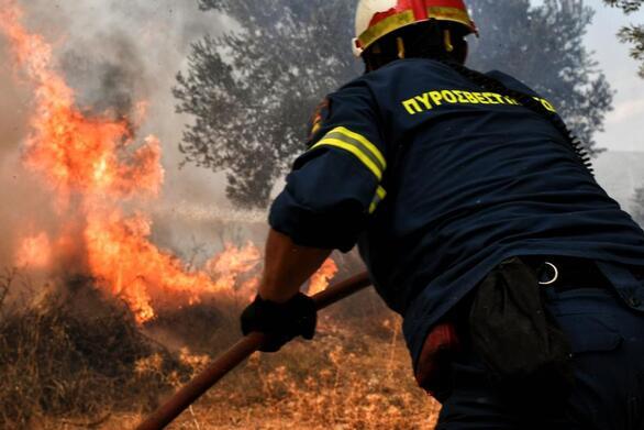 Αχαΐα: Συνεχίζεται η μάχη των πυροσβεστών με τη φωτιά στη Ζήρια