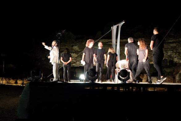 Παρουσία πλήθος κόσμου η θεατρική παράσταση «Οι τόποι είναι ήχοι» στο Αρχαίο θέατρο της Αιγείρας (φωτο)