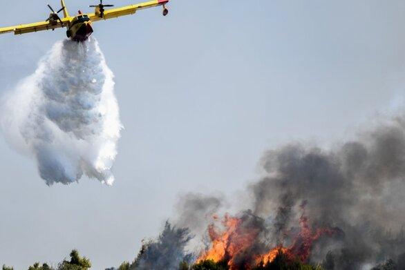 Πάτρα: Φωτιά στα Μποζαϊτικά - Μπαίνουν στη μάχη και εναέρια μέσα (pics+video)
