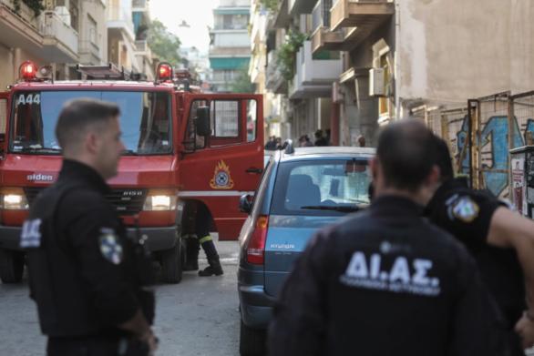 Φωτιά στα Πατήσια: Πιθανό ο ένας από τους δύο νεκρούς να εκσφενδονίστηκε από το διαμέρισμα λόγω έκρηξης