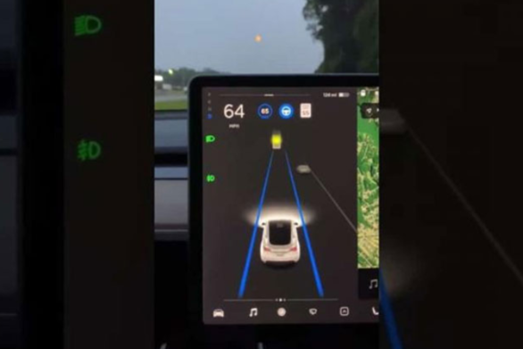 Aυτόματος πιλότος οχήματος Tesla μπέρδεψε την πανσέληνο με κίτρινο φανάρι (video)