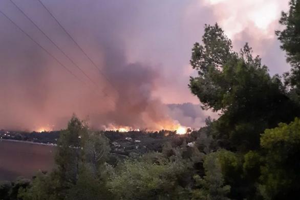 Δραματικές ώρες στις Ροβιές Εύβοιας: 30 χιλιόμετρα το μέτωπο της φωτιάς (φωτο+video)