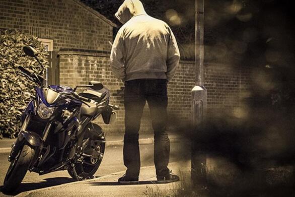 """Πάτρα: Τον """"τσάκωσαν"""" επ' αυτοφώρω την ώρα που αφαιρούσε μοτοσικλέτα"""