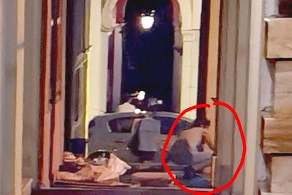 Πάτρα: Ο άστεγος που βρήκε στοά να κοιμηθεί απέναντι από την Αγίου Γεωργίου