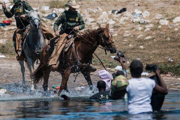 ΗΠΑ: Έφιπποι συνοριοφύλακες κυνηγούν μετανάστες στον Ρίο Γκράντε