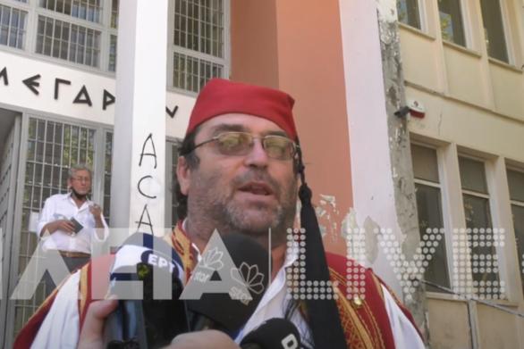 """Ηλεία: Γονέας """"αρνητής"""" ντύθηκε τσολιάς και πάει στο εδώλιο (βίντεο)"""