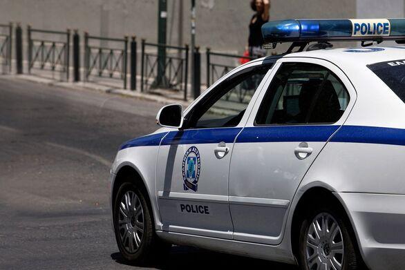 Πάτρα: Τροχαίο στην περιοχή των Δεμενίκων - Aυτοκίνητο έπεσε πάνω σε δύο σταθμευμένα IX