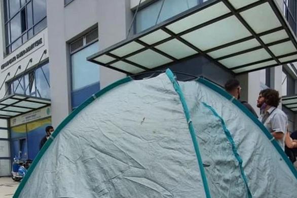 Πάτρα: Φοιτητές προχώρησαν σε διαμαρτυρία έξω από την Περιφέρεια Δυτικής Ελλάδας