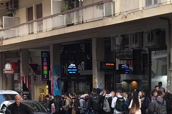 Πάτρα: «Ουρές» ξανά από φοιτητές στην στάση του αστικού - Στοιβάζονται στα λεωφορεία