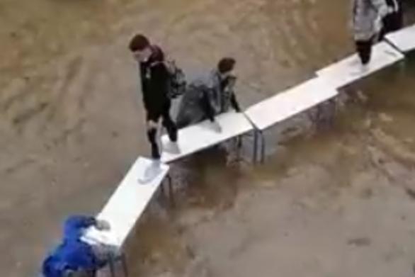 Μαθητές έφτιαξαν... γέφυρα με θρανία για να βγουν από πλημμυρισμένες τάξεις στη Νέα Φιλαδέλφεια