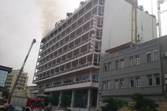 Πάτρα: Κινδυνεύει γυναίκα από τη φωτιά του ξενοδοχείου ΑΣΤΗΡ (Δείτε φωτογραφίες)!