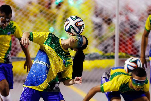 Το καρναβάλι του Ρίο με «άρωμα»... Μουντιάλ (vids)