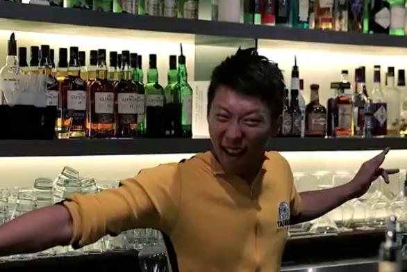 Ο... Bruce Lee έγινε μπάρμαν και τρελαίνει κόσμο (video)