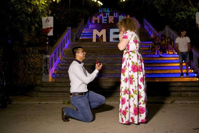 Η Πάτρα εμπνέει τους ερωτευμένους - Πρόταση γάμου στις σκάλες της Αγίου Νικολάου! (pics)