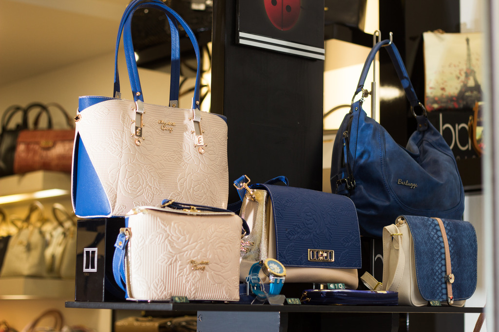 2b25ff132e Ποιο είναι το brand που κρύβεται πίσω από τις γυναικείες τσάντες της  Μαιζώνος