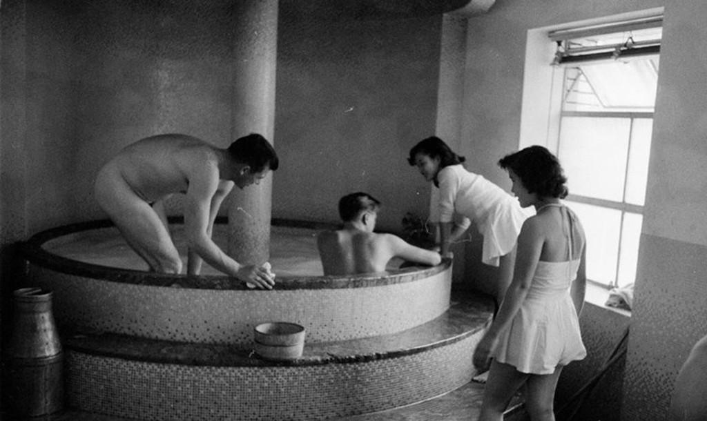 Фото людей в общей бане, пьют из вагины видео