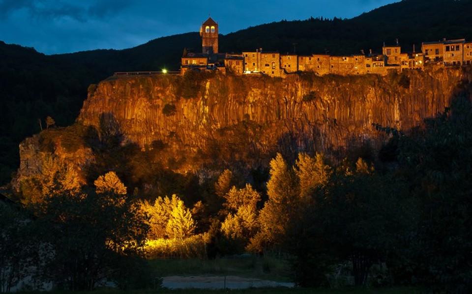 Ο Βράχος, δεσπόζει στην πόλη με 184 μέτρα ύψος.