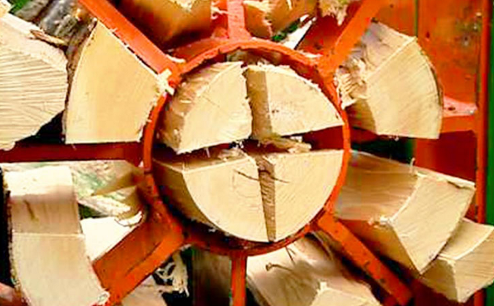 352501039a Το μηχάνημα που μετατρέπει κορμούς δέντρων σε καυσόξυλα (video ...