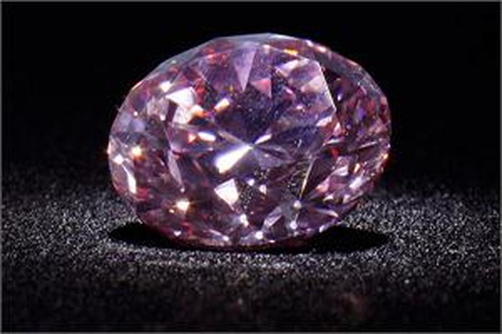 Έβγαλαν «στο σφυρί» σπάνιο ροζ διαμάντι με τιμή ρεκόρ (video ... 8ccb7acbbf9