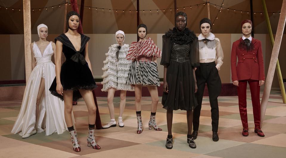 """Αποτέλεσμα εικόνας για Ο Dior παρουσίασε μια κολεξιόν """"κάψουλα"""" στο πρώτο του ντεφιλέ στο Ντουμπάι"""