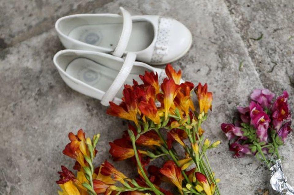 11261eda57 Νέος Κόσμος  Ένα ζευγάρι λευκά παπούτσια και λίγα λουλούδια στην μνήμη της  4χρονης