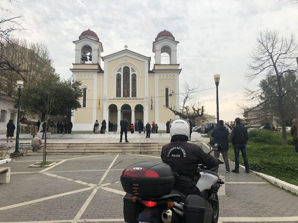Αγρίνιο: «Λυσσάξατε να μας διώξετε» είπε γυναίκα σε αστυνομικούς έξω από  εκκλησία (φωτο) | Patras Events